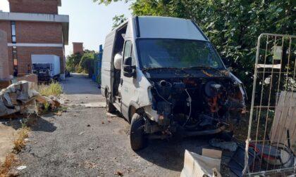 """Campi Bisenzio, Carabinieri forestali denunciano imprenditore per gestione illecita di rifiuti: smontava pezzi di 17 veicoli in abbandono per """"rimotarli"""" ai mezzi della società"""