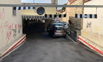 Il parcheggio del degrado in via Gramsci