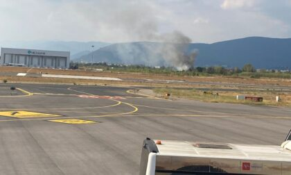 Incendio vicino alla recinzione dell'aeroporto di Peretola