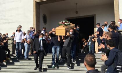 Ciao Beppe, folla di persone all'ultimo saluto dell'operaio morto nell'azienda di Capalle