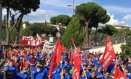 Gkn, in migliaia sfilano a Firenze per difendere il posto di lavoro