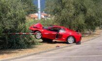 Sgomma con la Ferrari in piazza della Costituzione a Montemurlo ma si stampa addosso ad un albero: nei guai 70enne aglianese