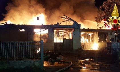 Montemurlo, incendio devasta tre capannoni industriali